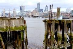 Wiev en la ciudad de Londres de un muelle Foto de archivo libre de regalías