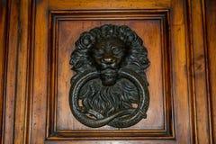 Wiev horizontal de una chapaleta de acero vieja en una puerta de madera con a foto de archivo