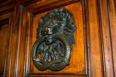 Wiev horizontal de una chapaleta de acero vieja en una puerta de madera con a imágenes de archivo libres de regalías