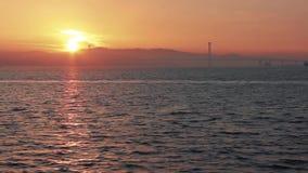 Wiev remoto de la salida del sol de Osman Gazi Bridge en Kocaeli - Turquía