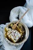 Wiev supérieur de nid d'abeilles dans une cuvette de vintage Images stock