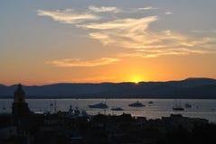 Wiew di vecchia città di St Tropez sui precedenti del cielo di tramonto immagini stock libere da diritti