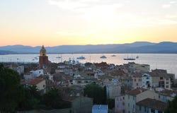 Wiew di vecchia città di St Tropez sui precedenti del cielo di tramonto fotografia stock libera da diritti