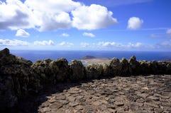 Wiew från Lanzarote över den Graciosa ön Royaltyfri Bild