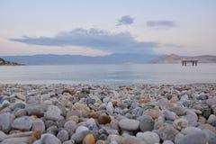 Wiew på den steniga stranden och havet royaltyfria foton