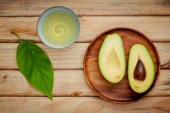Świeży avocado na drewnianym tle Organicznie avocado zdrowy jedzenie Zdjęcia Royalty Free