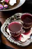 Świeży czerwony gronowy sok i kwiaty Zdjęcie Royalty Free