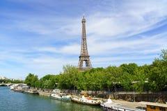 Wieży Eifla i rzeki wonton w Paryż, Francja Obrazy Royalty Free