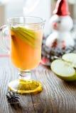 Świeży jabłczany sok z jabłko plasterkami i cynamonowym kijem Obraz Stock
