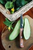 Świeży rżnięty ogórek na drewnianej tnącej desce Zdjęcia Royalty Free