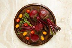 Świezi buraki i pomidory na metal tacy Zdjęcie Stock