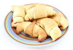 Świezi croissants na barwionym talerzu Fotografia Royalty Free