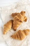 Świezi croissants na pergaminowym papierze fotografia royalty free