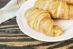 Świezi croissants na talerzu zdjęcie stock