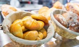 Świezi croissants w sklepie Obraz Royalty Free