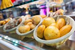 Świezi croissants w sklepie Obraz Stock