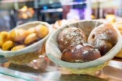 Świezi croissants w sklepie Obrazy Royalty Free