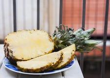 Świezi dojrzali ananasów plasterki na talerzu zdjęcia stock