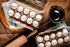 Świezi kurczaków jajka na ciemnym drewnianym stole zdjęcia royalty free