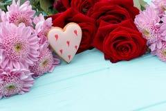 Świezi kwiaty na drewnianym tle Obrazy Stock