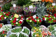 Świezi kwiaty przy rynkiem Obrazy Royalty Free
