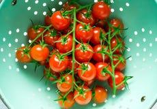 ?wiezi organicznie czere?niowi pomidory myj?cy w colander fotografia royalty free
