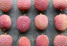 Świezi organicznie lychees na starym drewnianym tle Egzotyczny tropikalny lychee owoc wzór Mieszkanie nieatutowy, Odgórny widok Obraz Royalty Free