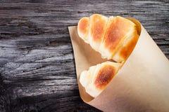 Świezi piec croissants na drewnianym stole Zdjęcia Royalty Free