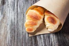 Świezi piec croissants na drewnianym stole Zdjęcia Stock