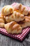 Świezi piec croissants na drewnianym stole Obraz Stock