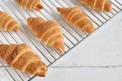Świezi piec croissants na kruszcowym stojaku obraz royalty free