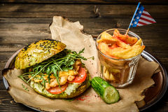 Świezi piec na grillu hamburgeru i gruli kliny Obrazy Stock