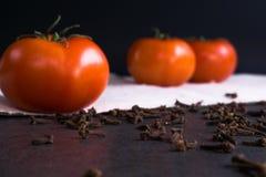 Świezi pomidory i cloves Zdjęcie Stock