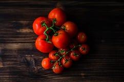 Świezi pomidory na rocznika drewnianym stole Zdjęcie Stock