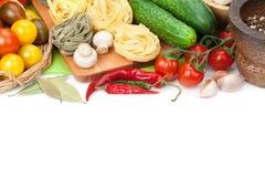 Świezi składniki dla gotować: makaron, pomidor, ogórek, pieczarka Fotografia Stock