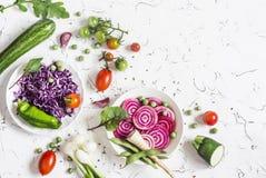 Świezi surowi warzywa - czerwona kapusta, burak, zucchini, fasolki szparagowe, pomidory na lekkim tle Obrazy Royalty Free