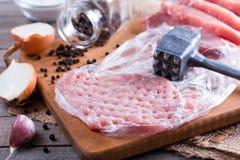 Świezi surowi wieprzowina kotleciki na ciapanie desce Fotografia Royalty Free