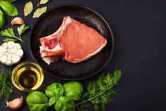 Świezi surowi wieprzowina kotleciki z pikantność i ziele Obrazy Stock