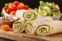 Świezi tortilla opakunki z baleronów warzywami i serem Obraz Stock