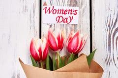 Świezi tulipany na drewnianym tle Zdjęcia Royalty Free