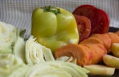 Świezi warzywa, kapusta, pieprz, marchewka, pomidor, grula Zdjęcia Royalty Free