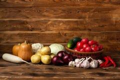 ?wiezi warzywa na brown drewnianym tle obrazy stock