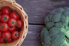 Świezi warzywa na drewnianym tle Obraz Stock
