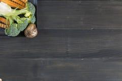 Świezi warzywa na drewnianym tle Warzywa dla zdrowie Zdjęcia Royalty Free