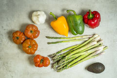 Świezi warzywa na stole, pomidory, czosnek, asparagus, avocado Obraz Stock