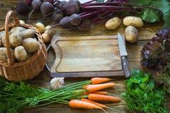 Świezi warzywa od marchewki, beetroot, cebula, czosnek, grula na starej drewnianej desce Odgórny widok kosmos kopii Obraz Stock