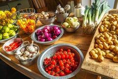 Świezi warzywa, pomidory, grule i czerwone cebule, Fotografia Royalty Free