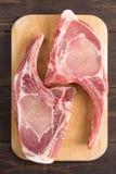 Świezi wieprzowina kotleciki lub cutlets na drewnianym tle Obrazy Royalty Free