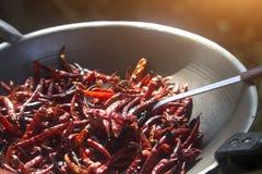 ?wiezi wysuszeni chilies w niecce piec zdjęcie royalty free