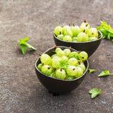 Świezi zieleni agresty w ceramicznym pucharze na ciemnym tle Odgórny widok Zdjęcia Royalty Free